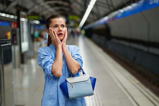 Portrait de jeune femme triste à l'intérieur du métro.