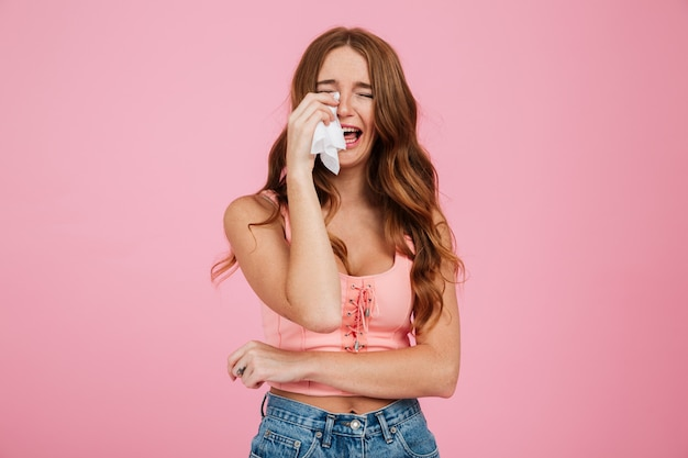 Portrait d'une jeune femme triste en vêtements d'été