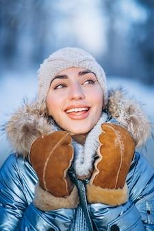 Portrait de jeune femme en veste d'hiver