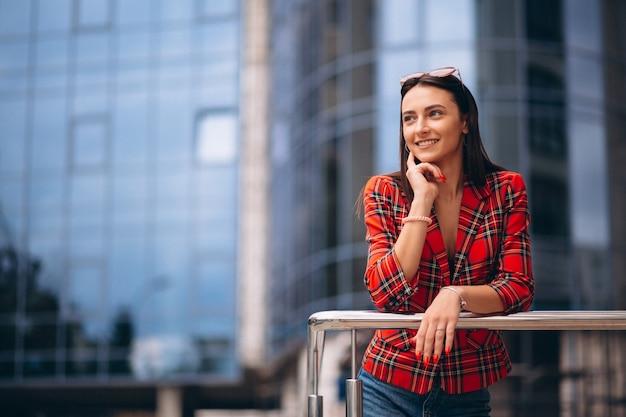 Portrait d'une jeune femme en veste rouge