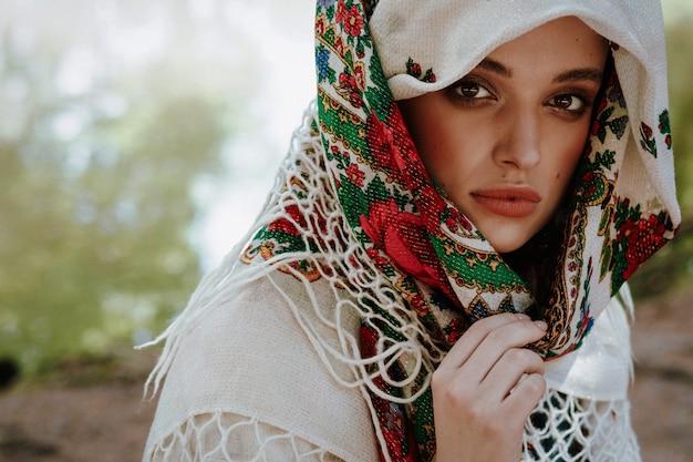 Portrait d'une jeune femme vêtue d'une robe ethnique ukrainienne