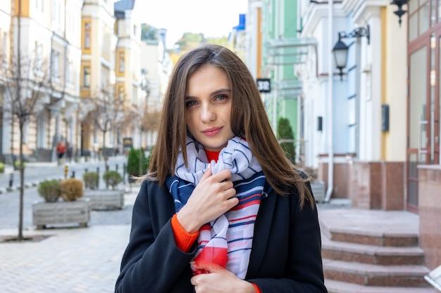 Portrait d'une jeune femme sur une vieille ville européenne