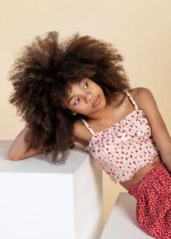 Portrait de jeune fille adorable avec afro