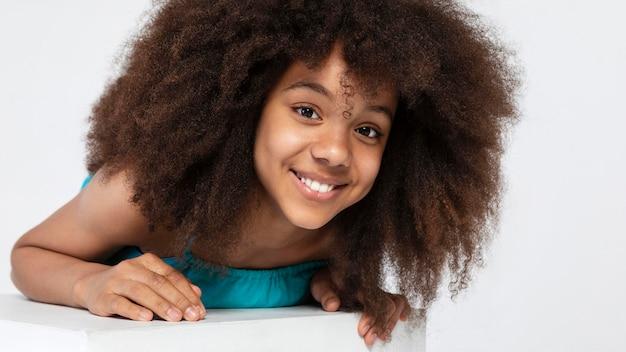 Portrait de jeune fille adorable posant dans un joli haut