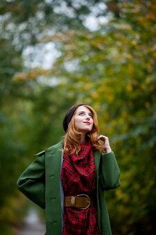 Portrait de jeune fille adulte en manteau