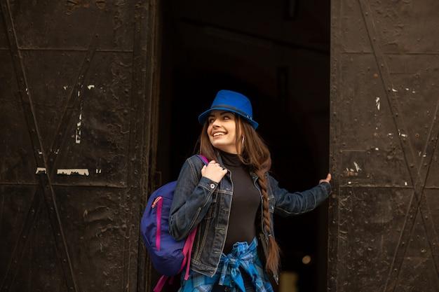 Portrait d'une jeune fille sur l'ancien portail noir de la ville de lviv