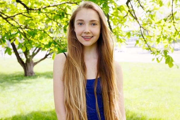Portrait d'une jeune fille avec appareil orthodontique