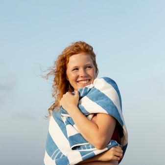 Portrait de jeune fille appréciant le temps à la plage