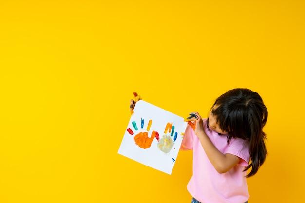 Portrait, de, jeune fille asiatique, à, art, enfant thaï, exposition, peinture, papier, par, eau couleur, paume, et, créativité, de, enfants, concept