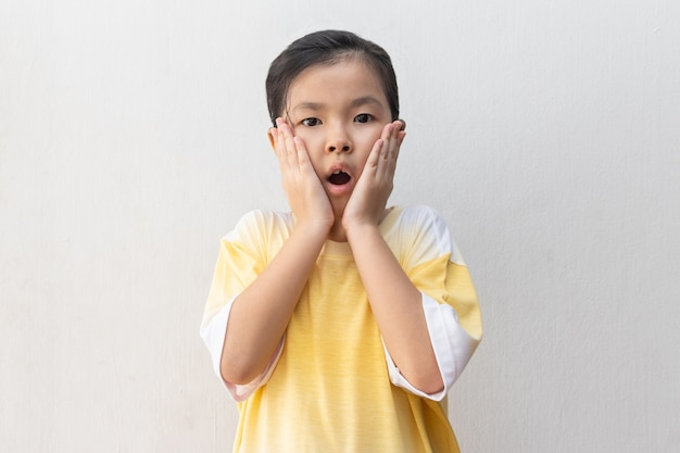 Portrait d'une jeune fille asiatique choquée