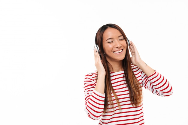 Portrait d'une jeune fille asiatique joyeuse souriante