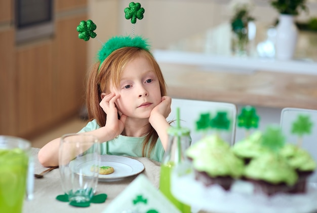 Portrait de jeune fille assise à la table