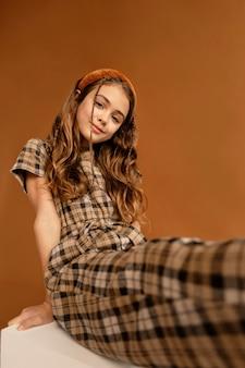 Portrait jeune fille assise