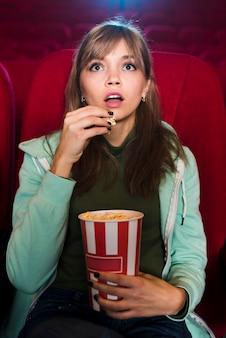 Portrait de jeune fille au cinéma