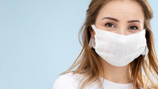 Portrait de jeune fille au masque de protection