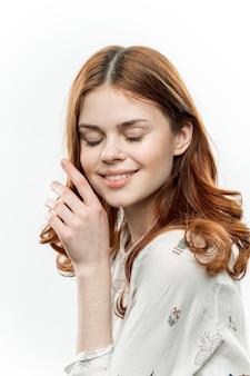 Portrait d'une jeune fille aux cheveux bouclés sur une beauté de fond isolé