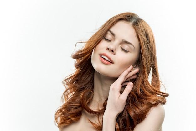 Portrait d'une jeune fille aux cheveux bouclés