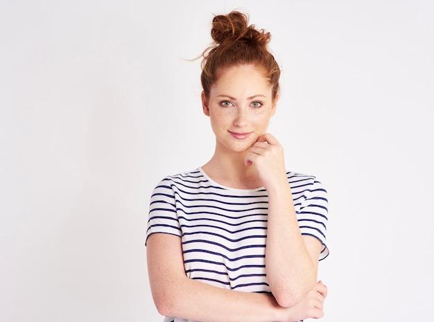 Portrait de jeune fille aux cheveux rouges et taches de rousseur