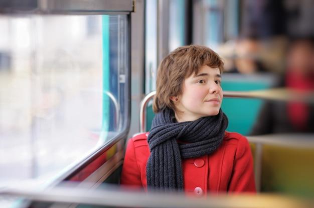 Portrait de jeune fille belle dans le métro parisien
