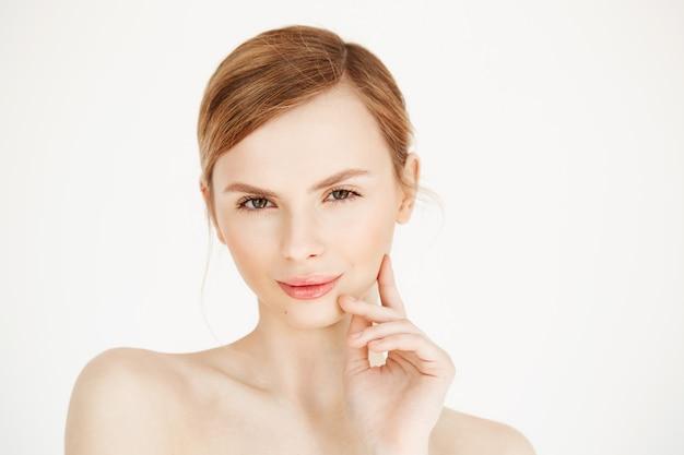 Portrait de jeune fille belle, toucher le visage. traitement facial. cosmétologie et soins de beauté.