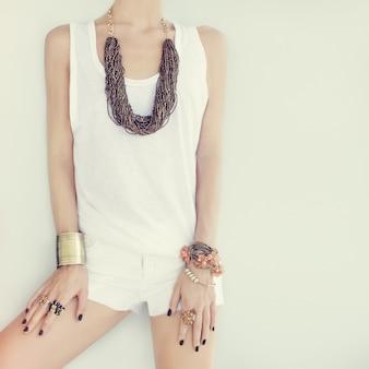 Portrait de jeune fille en bijoux de mode élégant