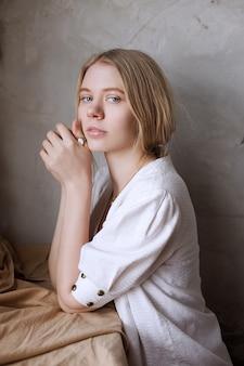 Portrait de jeune fille blonde belle souriante