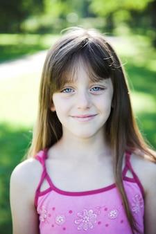 Portrait de jeune fille blonde jouant dans le parc