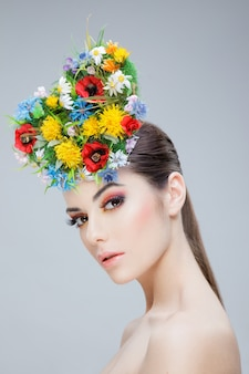 Portrait d'une jeune fille brune portant une couronne de fleurs