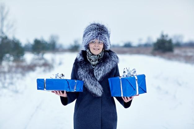 Portrait d'une jeune fille avec un cadeau de noël