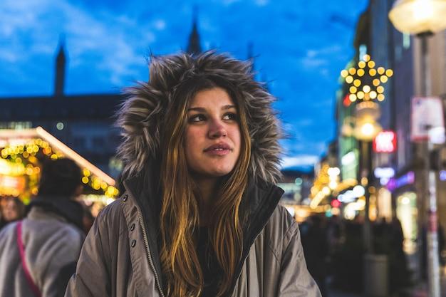 Portrait de jeune fille avec capuche à munich à noël