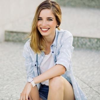 Portrait d'une jeune fille avec un charmant sourire