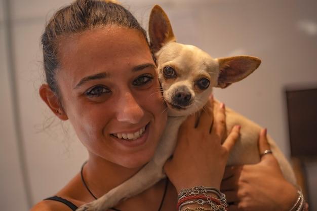 Portrait de jeune fille avec chihuahua dans le bonheur