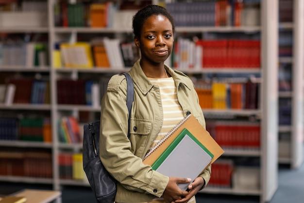 Portrait de jeune fille dans la bibliothèque universitaire