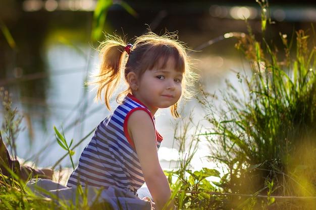 Le portrait de la jeune fille dans un maillot rayé