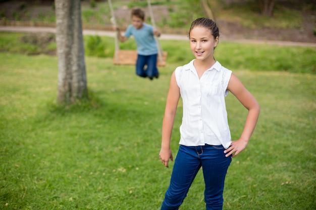 Portrait de jeune fille debout dans le parc