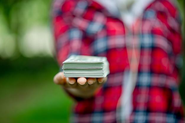 Portrait d'une jeune fille avec des dollars
