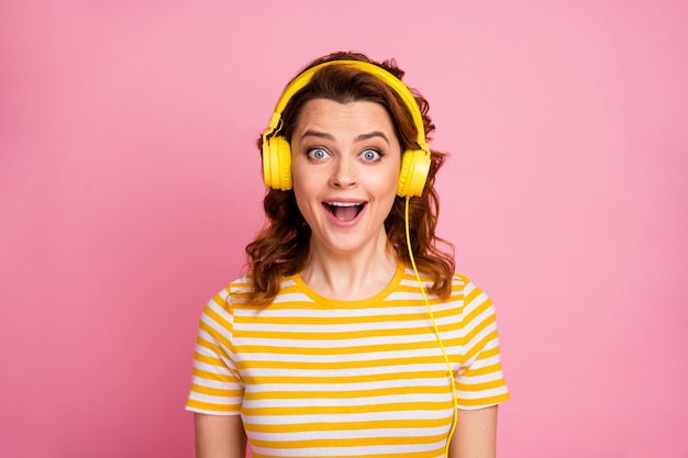 Portrait de jeune fille écoutant différentes musiques rock roll isolées sur fond de couleur pastel rose