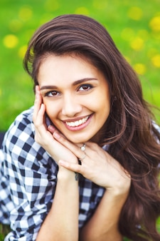 Portrait de jeune fille d'été. femme souriante heureuse sur l'été ensoleillé ou le printemps à l'extérieur dans le parc