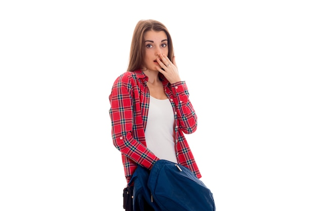 Portrait de jeune fille étudiante surprise avec sac à dos isolé sur fond blanc