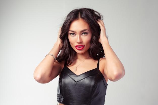 Portrait de jeune fille fashion asiatique en robe de cuir noir