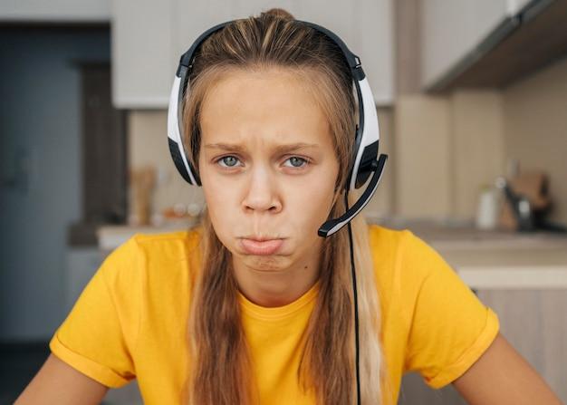 Portrait d'une jeune fille fatiguée de l'école en ligne