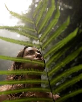 Portrait d'une jeune fille sur fond de jungle