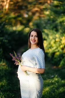 Portrait de jeune fille sur l'herbe et les arbres