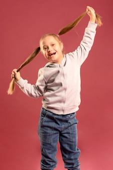 Portrait de jeune fille heureuse posant