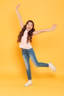 Portrait jeune fille heureuse