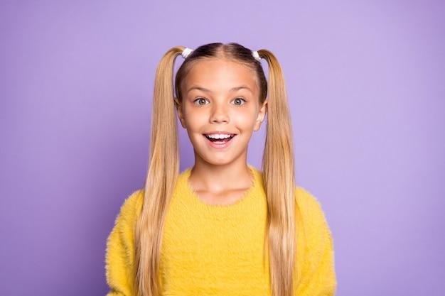 Portrait de jeune fille impressionnée entendre une incroyable nouveauté sur le vendredi noir crier se sentir fou porter cavalier jaune isolé sur mur de couleur violet