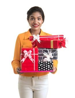 Portrait de jeune fille indienne souriante heureuse tenant des coffrets cadeaux.