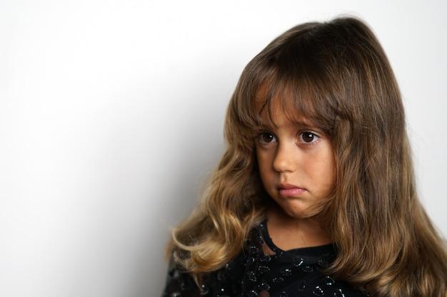 Portrait d'une jeune fille italienne de 4 ans à la recherche sur le côté
