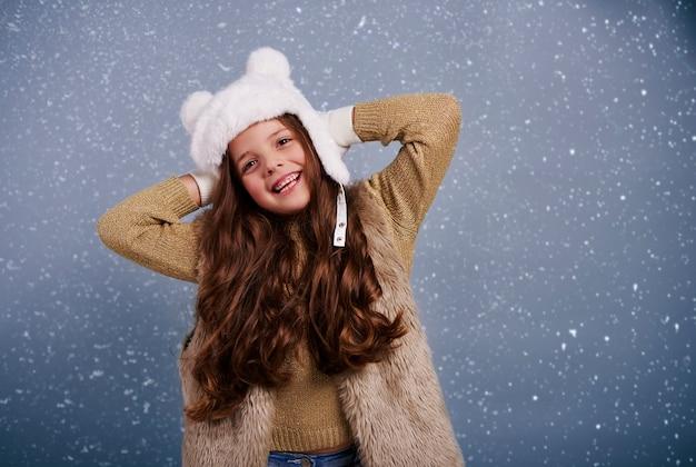 Portrait de jeune fille joyeuse au studio shot