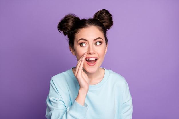 Portrait d'une jeune fille joyeuse entendre une nouveauté incroyable se tenir les lèvres par la main porter un pull à la mode décontracté et élégant isolé sur fond de couleur violet